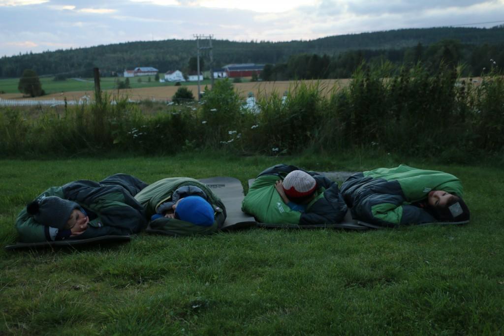 Guttene sover under åpen himmel