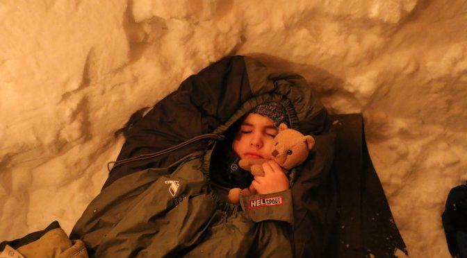 Øyvind 6 år sover alene i snøhule